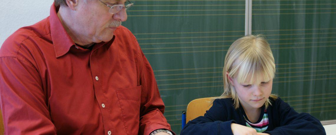 Lerntherapeut in Einzeltherapie um die mathematischen Irrtümer und Lücken aufzuarbeiten