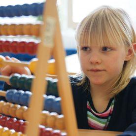 Man spricht von Rechenschwäche, wenn sich Kinder nicht vom zählenden Rechnen lösen können.